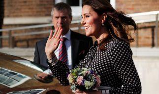 Kate Middleton zeigte sich kurz nach Bekanntgabe der Verlobung von Prinz Harry mit Meghan Markle erstmals in der Öffentlichkeit. (Foto)