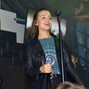 Wer ist die Sängerin aus dem Mauerwerk? (Foto)
