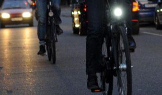 Radler ohne Licht sind eine Gefahr für sich und die Sicherheit der anderen Verkehrsteilnehmer. (Foto)