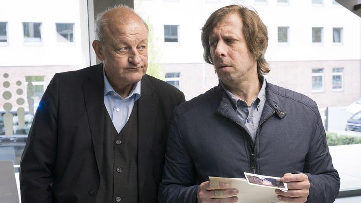 Privatdetektiv Wilsberg (Leonard Lansink) und Steuerfahnder Ekki (Oliver Korittke) ermitteln bei einem Personaldienstleister. (Foto)