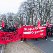 Gegendemonstranten protestieren auf dem Theodor-Heuss-Platz in Hannover.