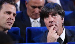 Trainer Joachim Löw (r) aus Deutschland und Teammanager Oliver Bierhoff (l), sitzen im Saal, in dem die WM-Auslosung stattfand. (Foto)