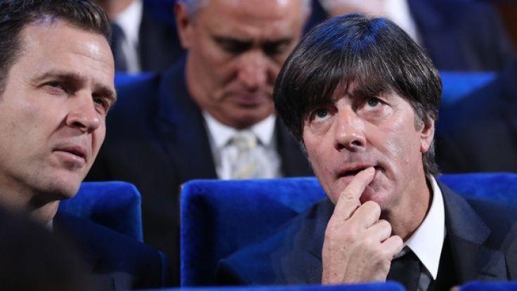Trainer Joachim Löw (r) aus Deutschland und Teammanager Oliver Bierhoff (l), sitzen im Saal, in dem die WM-Auslosung stattfand.