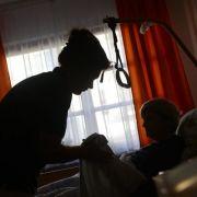 Seniorin mischt Gift und testet es im Altersheim (Foto)