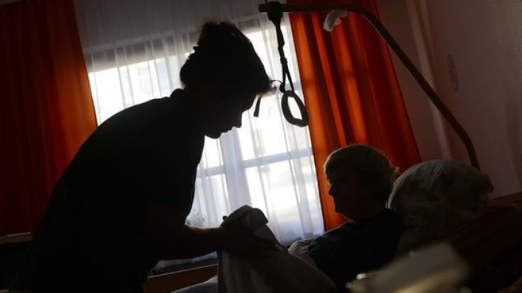 Eine Frau wird in einem Seniorenpflegeheim von einer Pflegerin betreut (Symbolbild). (Foto)