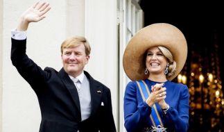 König Willem-Alexander der Niederlande und Königin Maxima winken vom Balkon des Palast Noordeinde in Den Haag. (Foto)