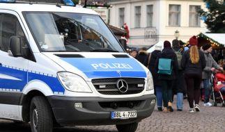 Ein Polizeiwagen steht in Potsdam vor dem Zugang zum Weihnachtsmarkt. (Foto)