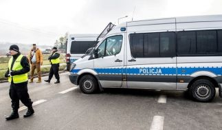 Polizisten sperren eine Straße, nachdem bei einem Schusswechsel ein Polizist und ein mutmaßlicher Bankautomaten-Knacker ums Leben gekommen sind. (Foto)