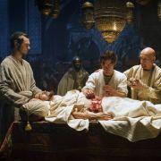 Zusammen mit Ibn Sina (Ben Kingsley, re.) und Mirdin (Michael Marcus, li.) führt Rob (Tom Payne, Mitte) bei dem erkrankten Schah (Oliver Martinez) die erste Blinddarmoperation durch.