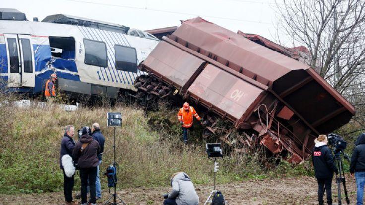 Auf offener Strecke prallt ein Regionalzug gegen einen Güterzug. (Foto)