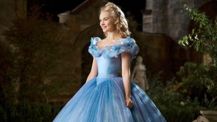 Ella (Lily James) kann ihr Glück kaum fassen, als ihr die gute Fee nach dem wunderschönen Kleid auch noch eine Kutsche herbeizaubert, die sie zu dem Ball bringen wird. (Foto)