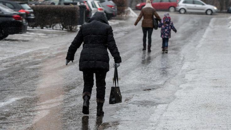 Vorsicht vor Glatteis: Am Wochenende des 2. Advent droht Glätte, verbunden mit Verkehrschaos.
