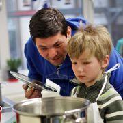 Tim Mälzer kochte 2016 gemeinsam in der neuen Übungsküche der Adam-Friedrich-Oeser-Schule in Leipzig, die beim