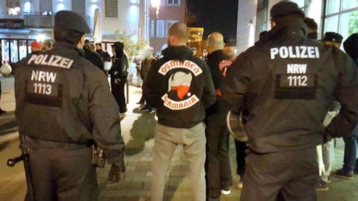 """Polizisten bei einer Veranstaltung des Rockerclubs """"Osmanen Germania"""". (Symbolbild) (Foto)"""