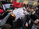 In Berlin haben Demonstranten israelische Flaggen verbrannt. (Foto)