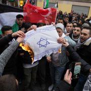 Demonstranten fackeln Flagge mit Davidstern ab (Foto)