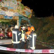 Weihnachtsbaum kracht auf Karussell - 5 Verletzte (Foto)