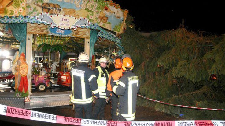 In Eschweiler stürzte ein Weihnachtsbaum auf ein Kinderkarussell. (Foto)