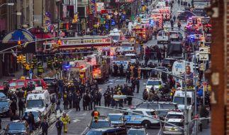 Polizisten stehen am 11.12.2017 in der Nähe einer U-Bahn-Station am Times Square in New York (USA), nachdem es zuvor dort eine Explosion gegeben hatte. (Foto)