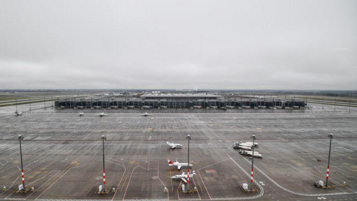 Blick aus dem Tower der Deutschen Flugsicherung (DFS) auf das Rollfeld vor dem Terminal des Hauptstadtflughafens Berlin Brandenburg (BER) in Schönefeld. (Foto)