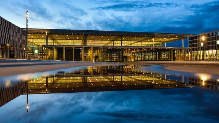 Das Terminalgebäude des beleuchteten Hauptstadtflughafens Berlin Brandenburg (BER) in Schönefeld (Brandenburg). (Foto)