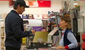 Ein Mann bedroht eine Verkäuferin mit einem Messer und fordert Geld. (Foto)