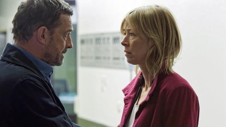 Steffen Herold (Thomas Sarbacher) versucht, seine Frau Sabine (Jenny Schily) zu beruhigen, die sich große Sorgen um ihre Tochter macht. (Foto)