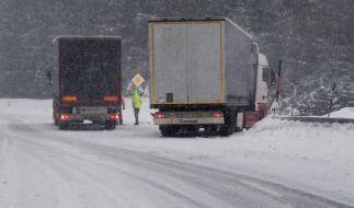 Glatteis und Schnee machen Straßen vielerorts unbefahrbar. (Foto)
