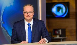 """Oliver Welke sitzt bei der """"heute-show"""" wie gewohnt am Nachrichtenpult. (Foto)"""