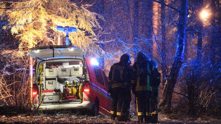Rettungskräfte sichern bei Sieberatsreute (Baden-Württemberg) die Absturzstelle des Kleinflugzeugs. (Foto)