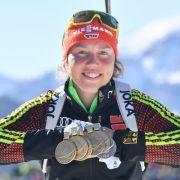Die siebenfache Weltmeisterin Laura Dahlmeier zeigt ihre Medaillen.