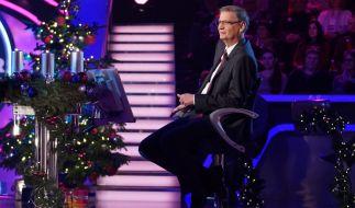 """Tannenbaum, Weihnachtsdeko und Geschenke für die Kandidaten beim Weihnachts-Special von """"Wer wird Millionär?"""" mit Günther Jauch. (Foto)"""