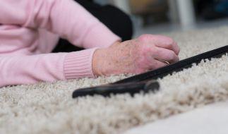 Eine alte Frau wurde von der Polizei brutal aus ihrer Wohnung gezerrt. (Symbolbild) (Foto)