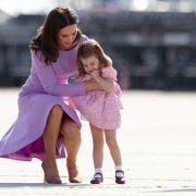 Eiskalt? Kate schiebt Charlotte in den Kindergarten ab (Foto)