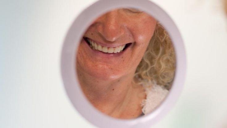 Gute Mundhygiene muss nicht teuer sein. Billige Mundspülungen vom Discounter bekamen von der Stiftung Warentest gute Noten. (Foto)