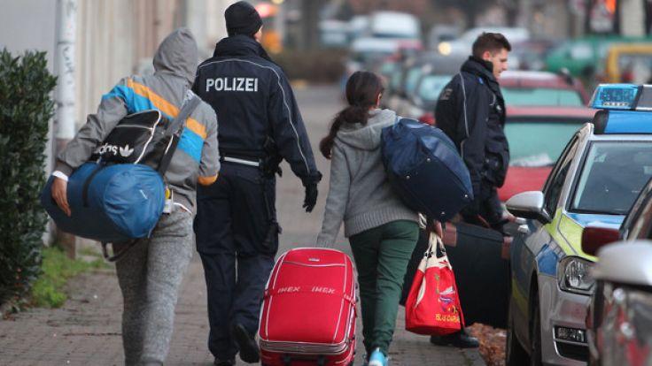 Die Zahl der abgelehnten Asylbewerber, die Deutschland freiwillig verlassen, soll sich im Vergleich zum Vorjahr fast halbiert haben (Symbolbild). (Foto)