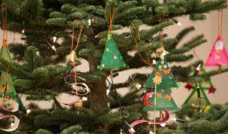 Um ein Umkippen zu vermeiden, benötigen Weihnachtsbäume einen passenden Baumständer. Außerdem sollte der Untergrund sein. (Foto)