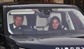 Prinz Harry und seine Verlobte auf dem Weg zum Wiehnachtsessen. (Foto)
