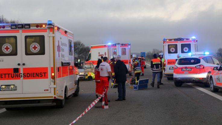Bei einem Auffahrunfall auf der A7 wurde eine 17-Jährige lebensgefährlich verletzt. (Foto)