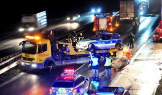 Ein betrunkener LKW-Fahrer rast bei einer Kontrolle in einen Streifenwagen. (Foto)