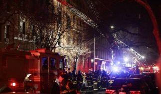 Einsatzkräfte der Feuerwehr bekämpfen in New York, USA, einen Brand in einem Wohnhaus. Beim Brand in einem New Yorker Wohnhaus sind mehrere Menschen ums Leben gekommen. (Foto)