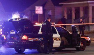 Polizisten untersuchen in Wichita (Kansas, USA) einen Einsatzort, nachdem ein Anrufer via Notruf angegeben hatte, er habe seinen Vater erschossen und seine Mutter als Geisel. (Foto)