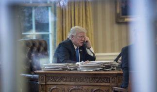 US-Präsident Donald Trump telefoniert am 28.01.2017 im Oval Office des Weißen Hauses in Washington D.C., USA, mit Bundeskanzlerin Angela Merkel (CDU). (Foto)