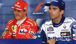 Michael Schumacher (l) freut sich am 10.08.1996 während einer Pressekonferenz über seine Pole Position beim Großen Preis von Ungarn auf dem Hungaroring bei Budapest, während der englische Formel-1-Pilot Damon Hill neben ihm sitzt. (Foto)