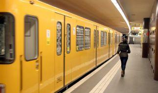 Am Berliner U-Bahnhof Weberwiese im Bezirk Friedrichshain hat sich an Neujahr ein tragischer Unfall ereignet. Ein Paar wurde von der U5 überrollt. (Foto)