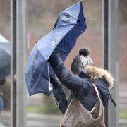 Während der drohenden Sturm- und Orkanböen sollte man sich lieber nicht im Freien bewegen. (Symbolbild)