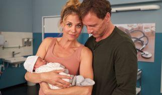 Karin (Jessica Ginkel) und Stefan (Hendrik Duryn) mit Baby Frida. (Foto)