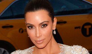 Kim Kardashian zeigt sich spärlich bekleidet. (Foto)