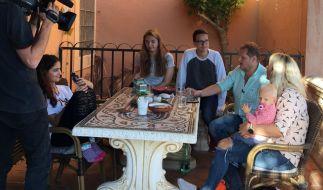 V.l.: Jada, Joelina, Volkan, Jens, Daniela und Jenna im Gespräch. (Foto)