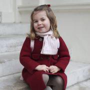 Prinzessin Charlotte strahlt an ihrem ersten Tag als Kindergartenkind in die Kamera.